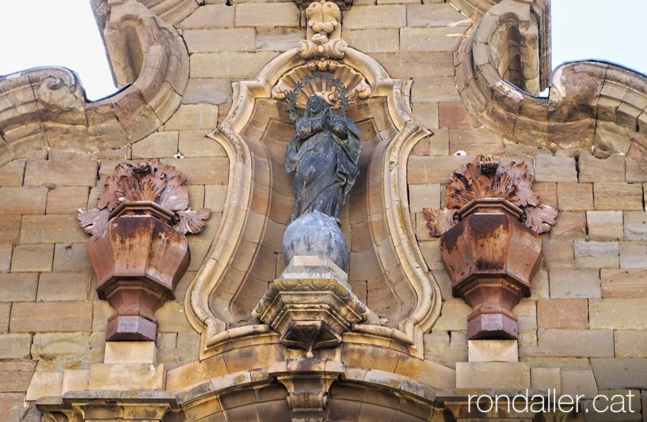 Escultura de l'Immaculada Concepció a la portalada barroca de la Universitat de Cervera.