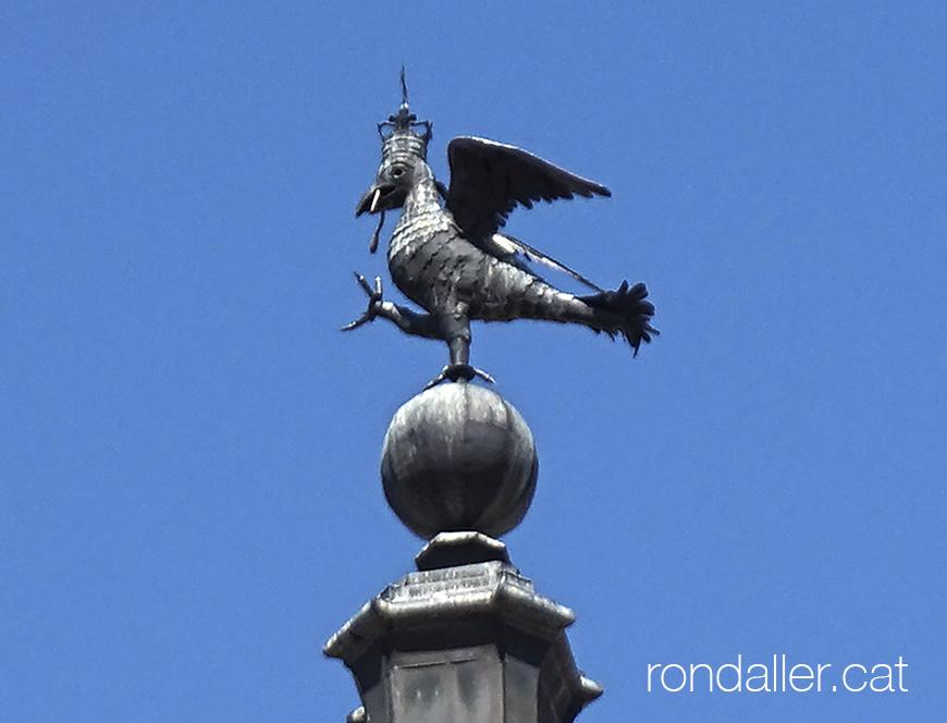 Àguila coronada al capdamunt d'una de les torres de l'edifici.