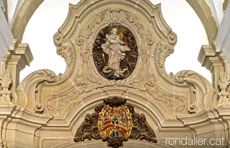 Escultura barroca de la Immaculada Concepció a la porta d'entrada del paraninf de la Universitat de Cervera.