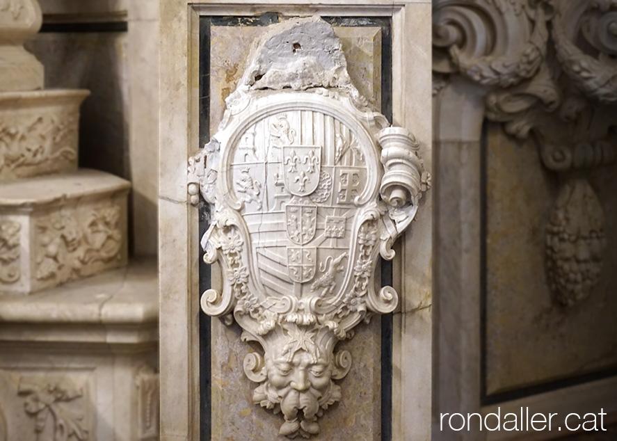 Universitat de Cervera. Relleu amb l'escut de Felip V al paraninf.