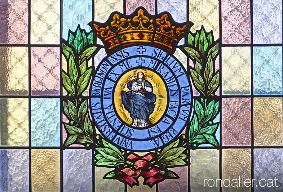 Vitrall de la Universitat de Cervera amb la imatge de l'Immaculada Concepció.