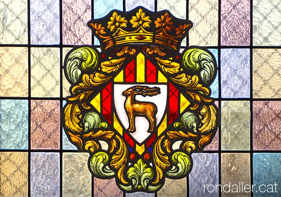 Vitrall amb l'escut de Cervera en una de les finestres del paranimf.