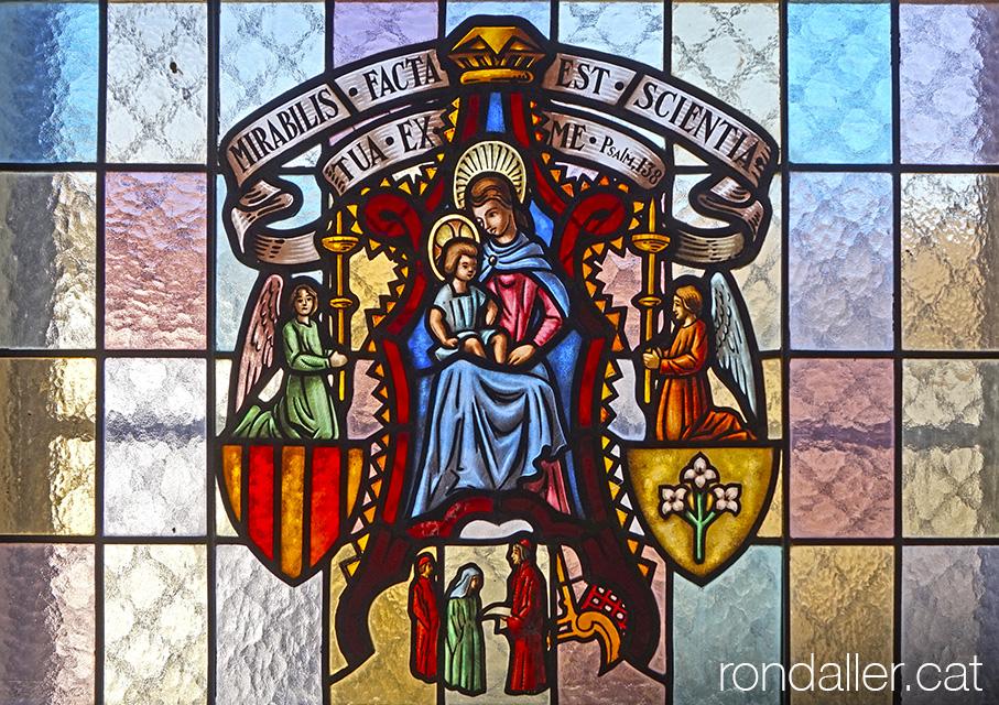 Vitrall amb la representació de la Verge Maria entre l'escut de Catalunya i el de Lleida.