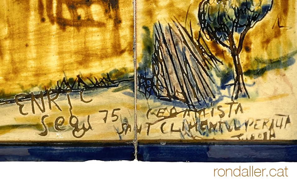 Signatura del ceramista Enric Segú en un plafó realitzat el 1975.