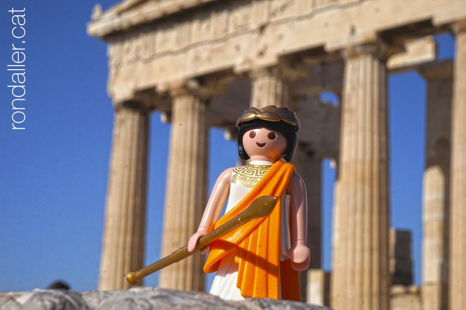 Imatge del Partenó amb una figureta de plàstic en primer pla.
