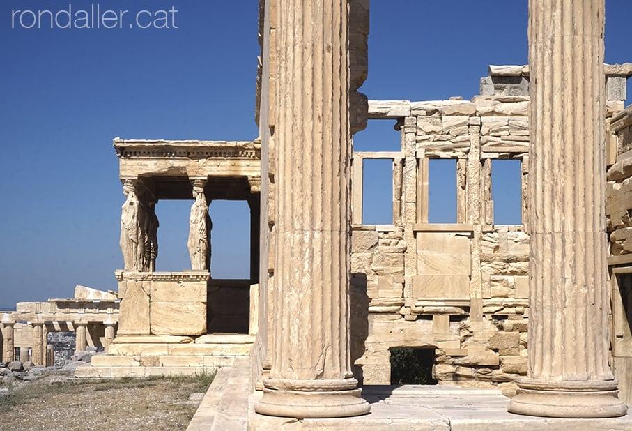 6 descobertes a Atenes. Reproducció de les cariàtides a l'Acròpoli.