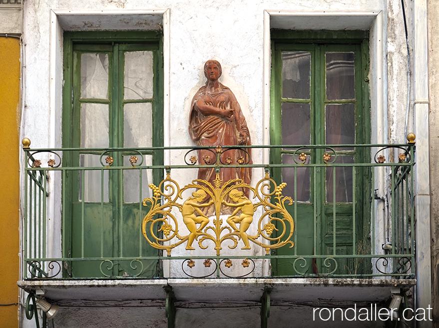 6 descobertes d'Atenes. Balcó amb una estàtua, en un carreró del barri de la Plaka.