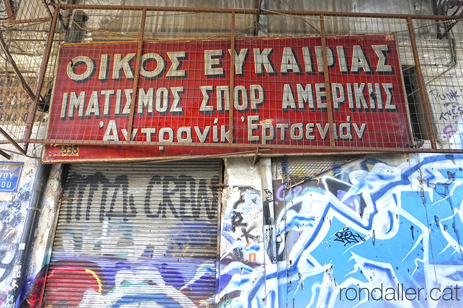 6 curiositats sobre Grècia. Rètol en un local abandonat al barri de Monastiraki d'Atenes.