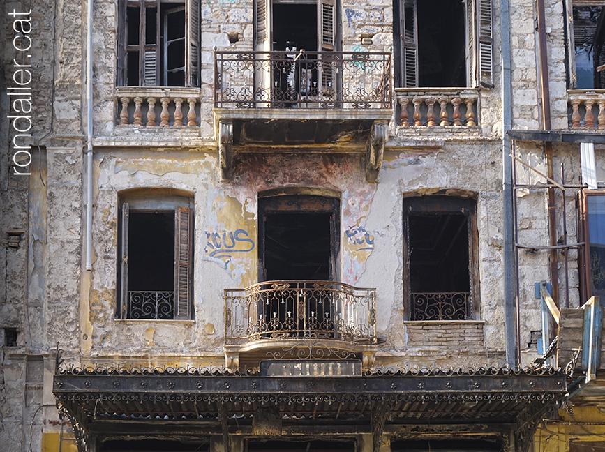 6 curiositats sobre Grècia. Edifici abandonat al centre històric d'Atenes.