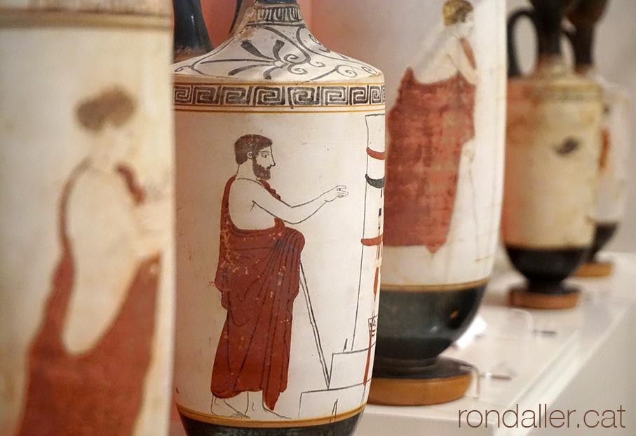 Col·lecció de ceràmica clàssica al Museu Arqueològic d'Atenes.