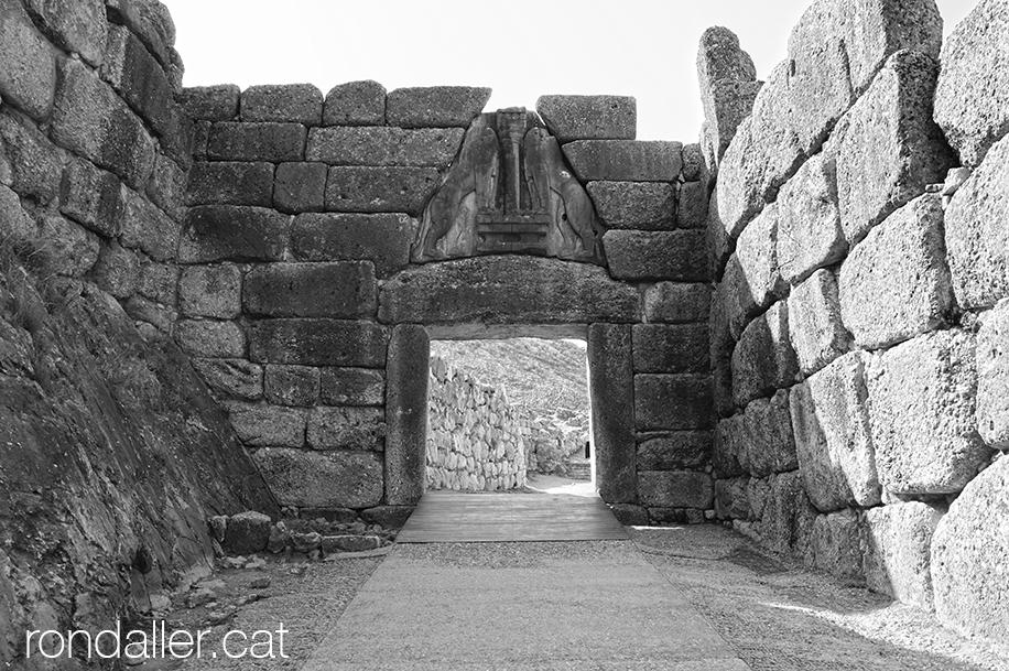 9 indrets del Peloponès. Porta dels Lleons, entrada al recinte arqueològic de Micenes.