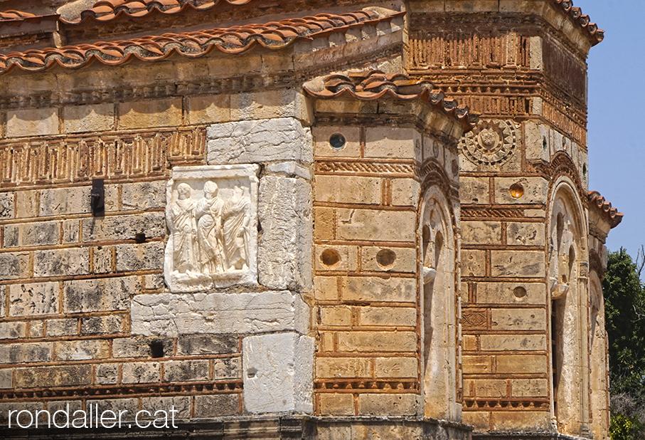 Església bizantisa de Koimesis, amb restes reaprofitades a les parets.