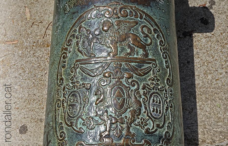Detall de l'escut d'un antic canó a la ciutat de Nàuplia.