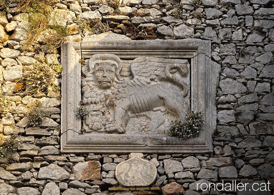 9 indrets del Peloponès. Relleu amb la imatge del lleó alat corresponent a Sant Marc.