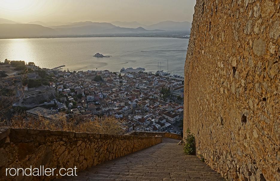 Panoràmica de Nàuplia des de les escales del castell de Palamedes.