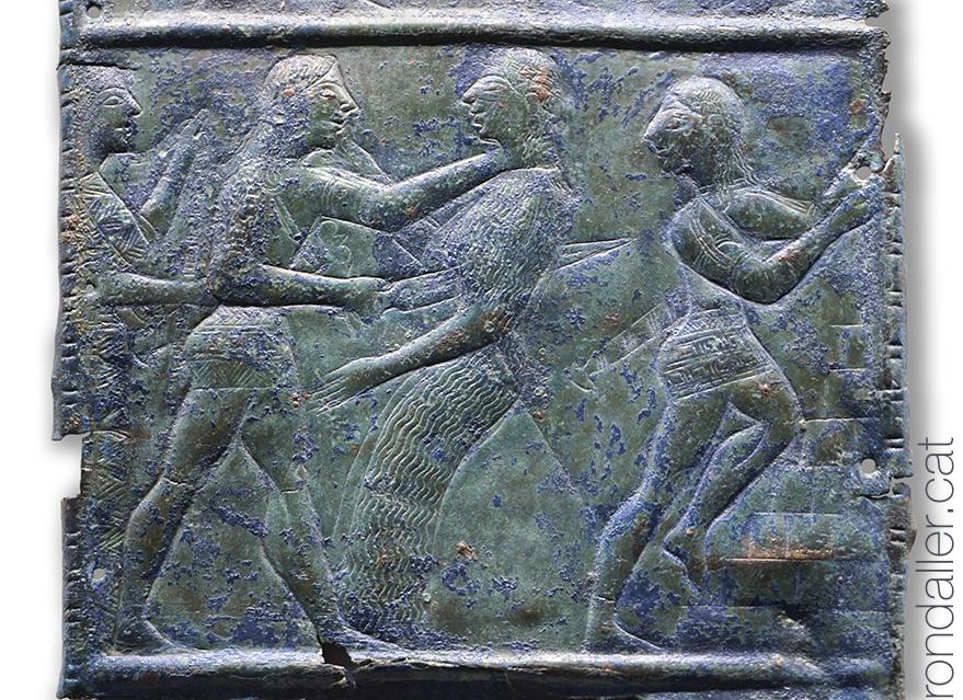 Placa de metall amb el relleu de diversos guerrers, al museu arquelògic d'Olimpia.