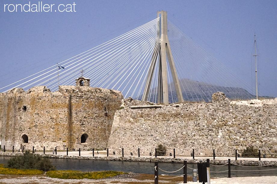El nou pont de Rio-Antirio darrere el castell de Rio, al golf de Patras.