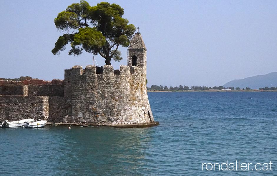 Entrada al port de la ciutat de Naupacte, a l'entrada del golf de Patras.