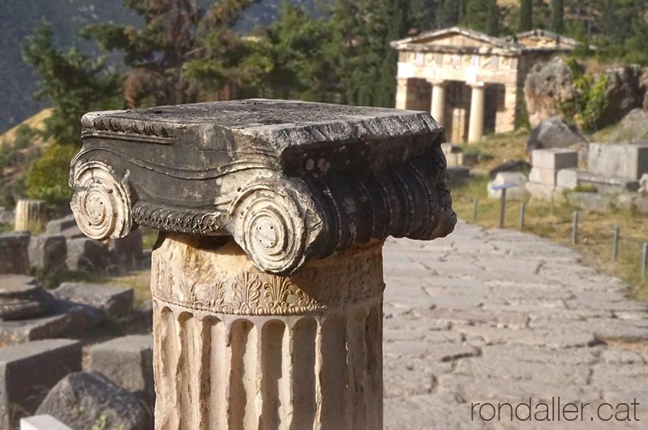 9 indrets del Peloponès. Restes del jaciment de l'oracle de Delfos.