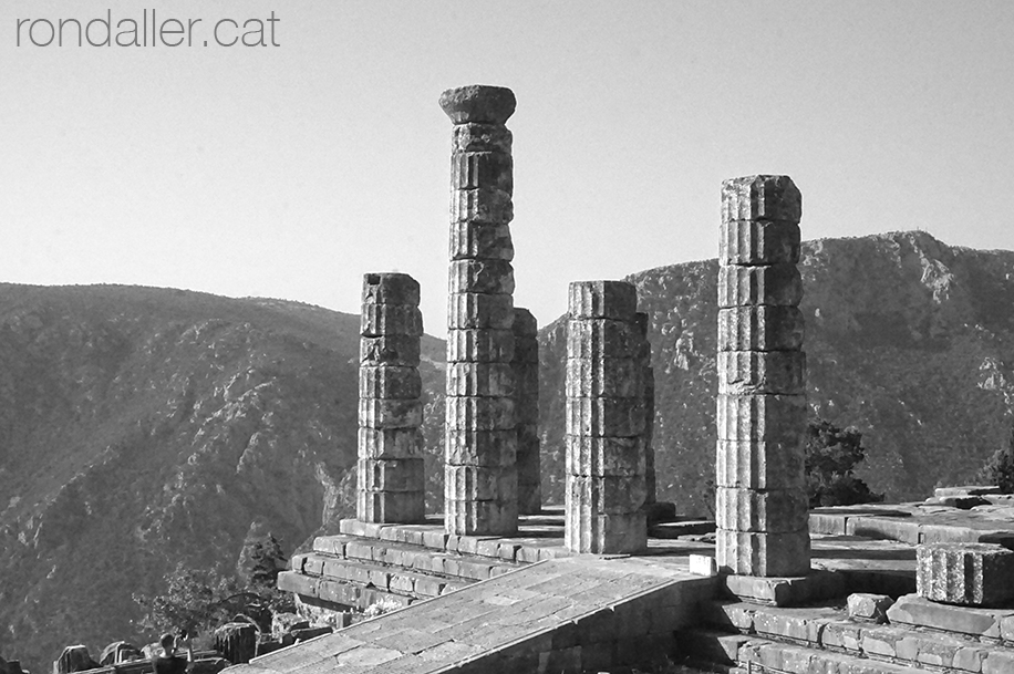 9 indrets del Peloponès. Ruïnes del temple de l'oracle de Delfos.