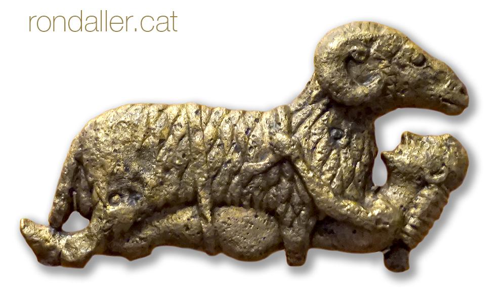 Figureta de bronze que representa Ulisses agafat al ventre d'un boc sortint de la caverna de Polifem.
