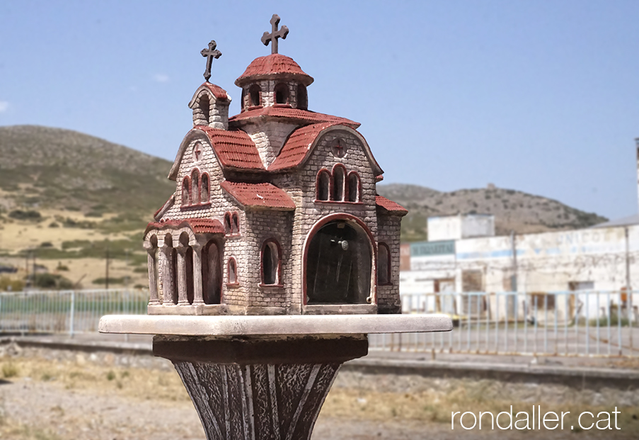 Recordatori d'un accident al voral de la carretera, amb forma d'església ortodoxa.