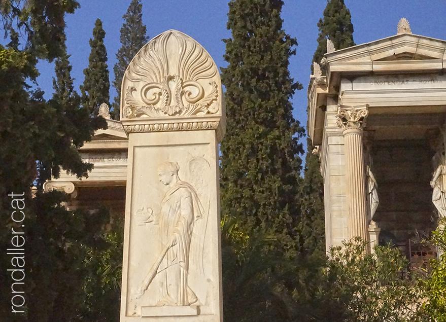 Sepulcres i panteons d'estil clàssic al cementiri d'Atenes.