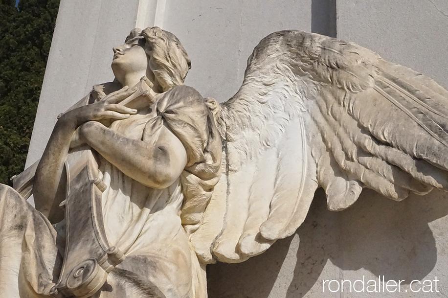 Escultura d'un àngel al Primer Cementiri d'Atenes.