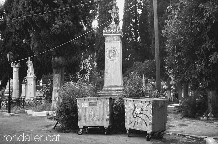 Primer Cementiri d'Atenes. Contenidors d'escombraries al costat d'un panteó.