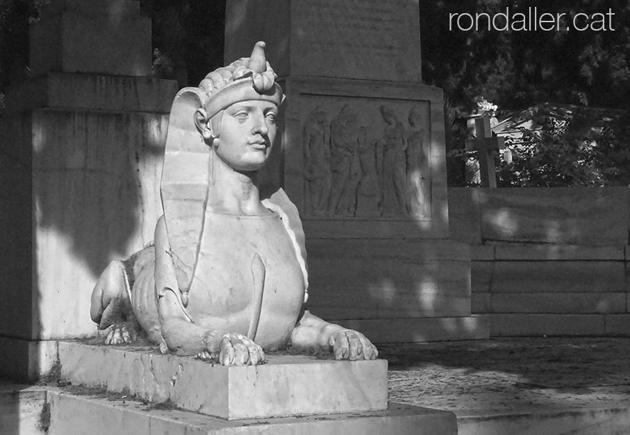Primer Cementiri d'Atenes. Estàtua d'una esfinx en un panteó.