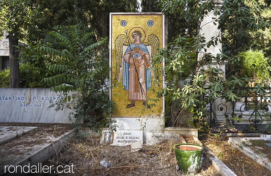 Primer Cementiri d'Atenes. Mosaic amb un àngel, entre tombes deixades.