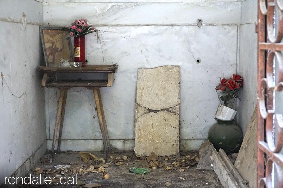 Primer Cementiri d'Atenes. Interior abandonat de la cripta d'un panteó.