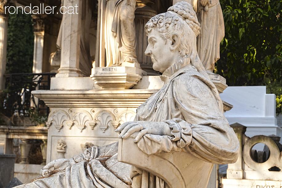 Primer Cementiri d'Atenes. Escultura funerària d'una dona asseguda.