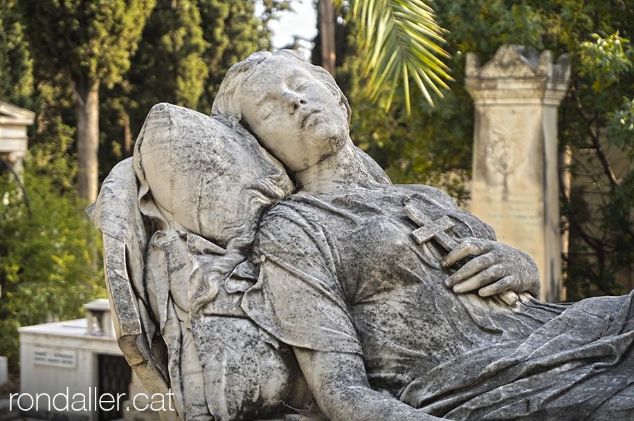 Primer Cementiri d'Atenes. Escultura funerària d'una dona jacent.