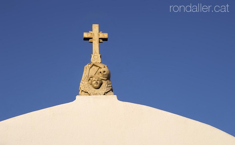 coronament amb una calavera i una creu a l'església de Panachra de Míkonos.