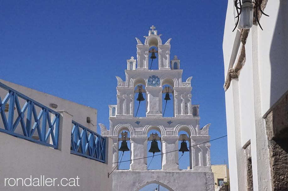 Campanar d'una església de la població de Megalochori, a prop de Thira.