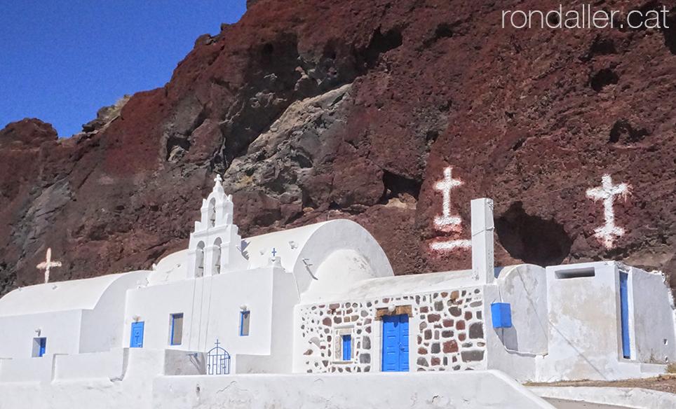 Illa de Santorí. Església blanca als peus del penyasegat de la platja Vermella.