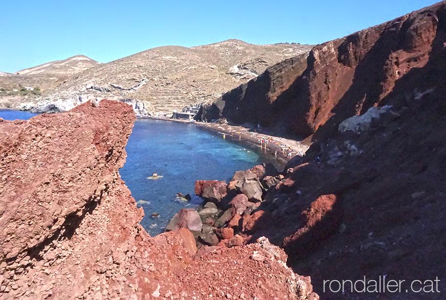 Illa de Santorí. Panoràmica del paisatge agreste de la platja Vermella.