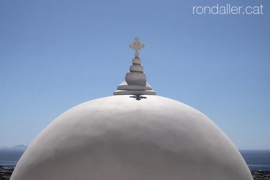Primer pla de la cúpula d'una església ortodoxa a Pyrgos.