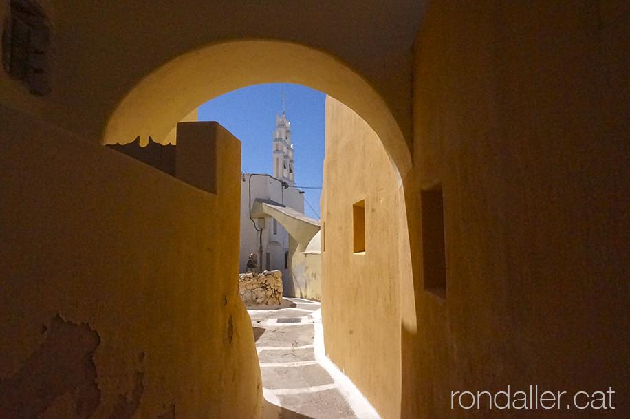 Passatge cobert amb una església al fons, a la població de Pyrgos.