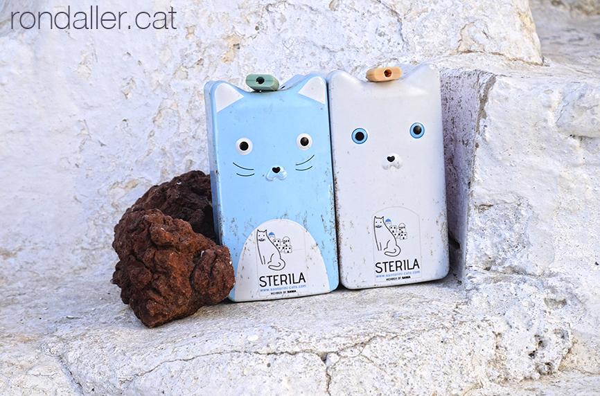 Guardioles amb forma de gat, per recollir diners per esterilitzar gats a Emporio, Santorini.