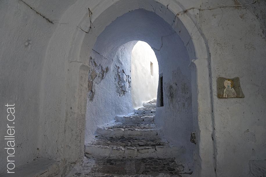 Illa de Santorí. Passatge cobert amb escales a la població d'Emporio.
