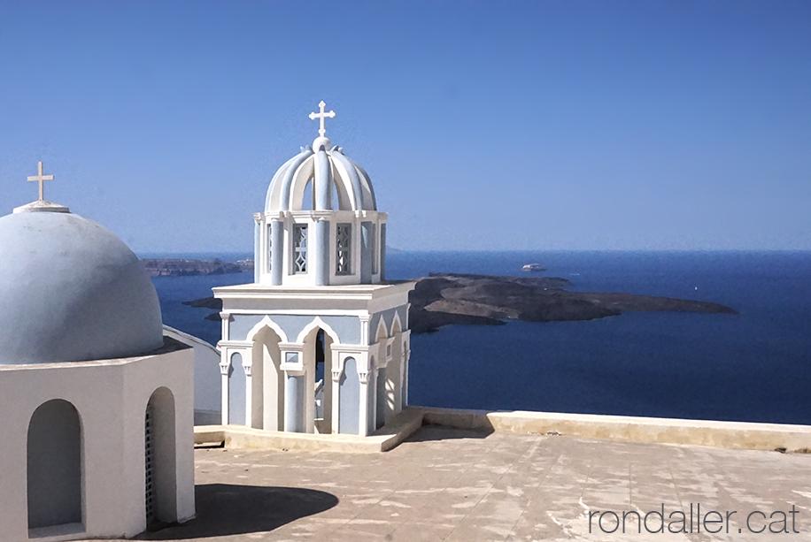Panoràmica marítima amb la cúpula i el campanar d'una església de Thira.