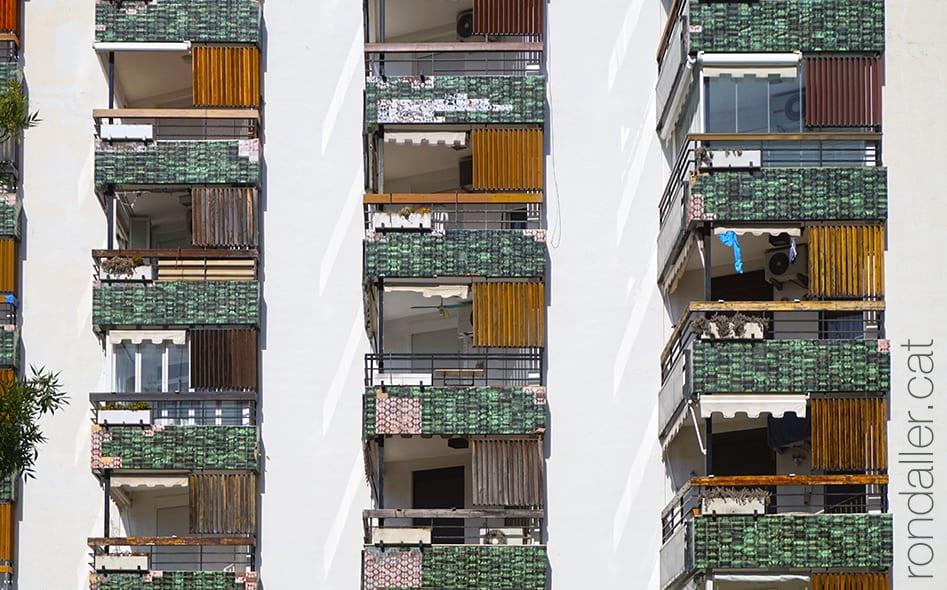 Balcons de ceràmica en uns apartaments turístics arran de mar.