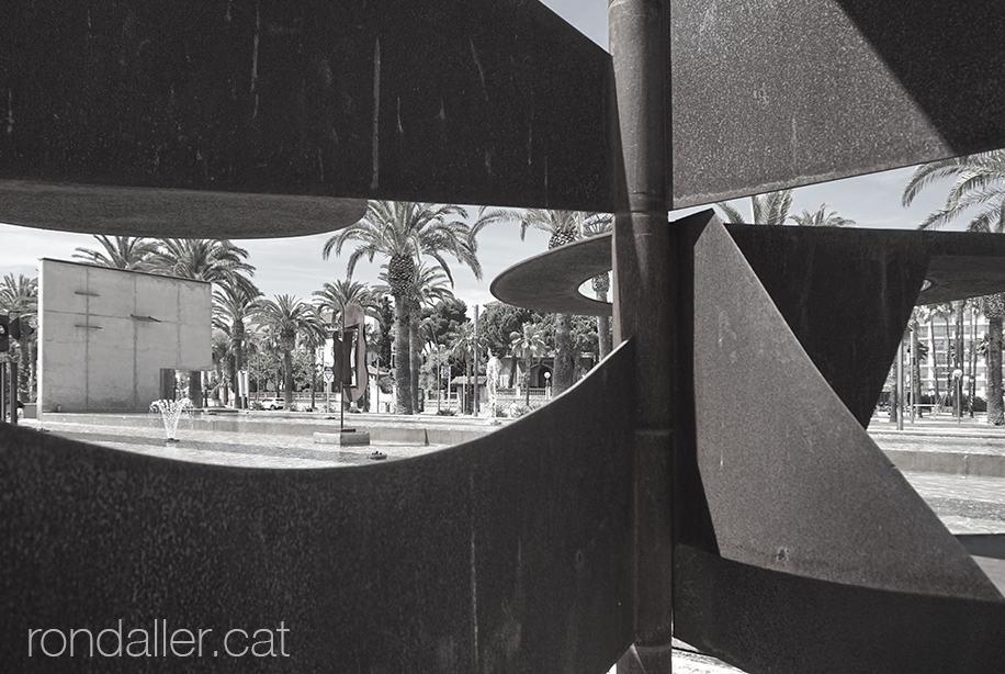 El passeig de Jaume I a través d'una escultura cinètica de Pablo Bruera.