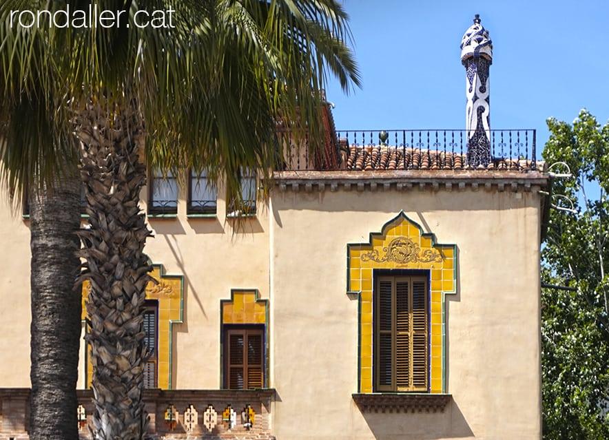 Finestra i xemeneia de la Casa Bonet, obra de l'arquitecte Domènec Sugrañes.