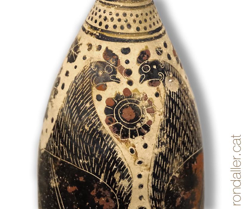 Peça de ceràmica amb la representació de dues gallines.