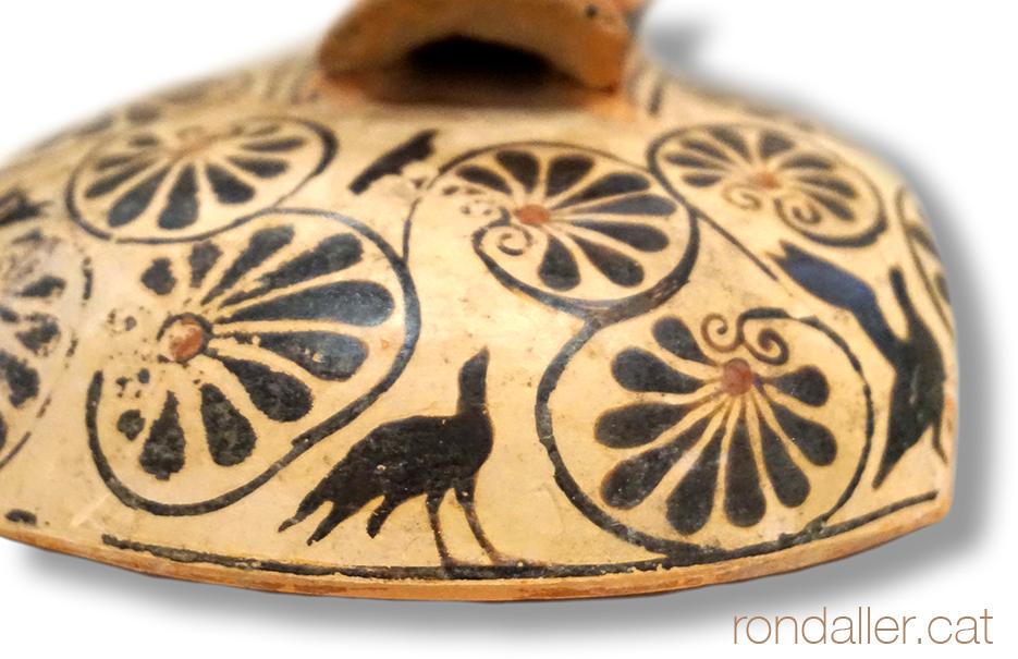 Fauna a la Grècia clàssica. Peça de ceràmica amb la representació de corbs.